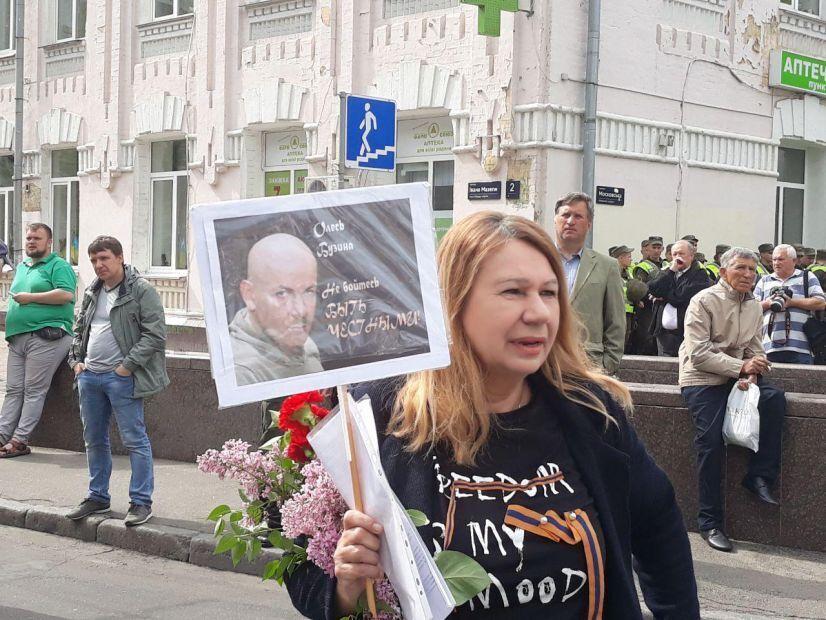 У центрі Києва затримали мати скандального нардепа: перші подробиці з місця