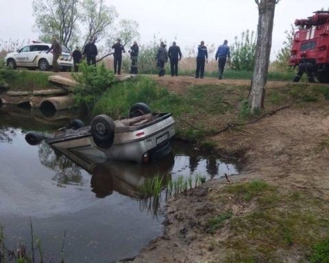 Авто слетело с моста в реку под Кропивницким: появились фото и подробности с места ЧП