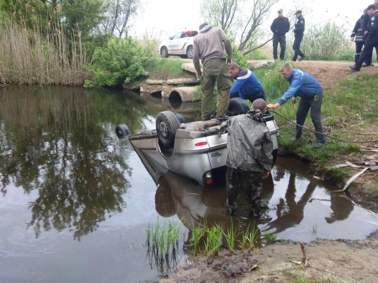 Авто злетіло з моста в річку біля Кропивницького: з'явилися фото та подробиці з місця НП