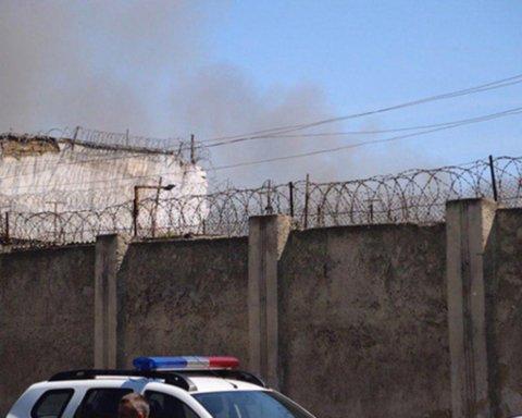 Появились новые кадры из одесской колонии, где заключенные подняли бунт: все разрушено и горит