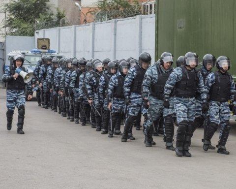 """Лев проти: ОМОН """"спакував"""" відвідувачів громадського простору в Москві"""