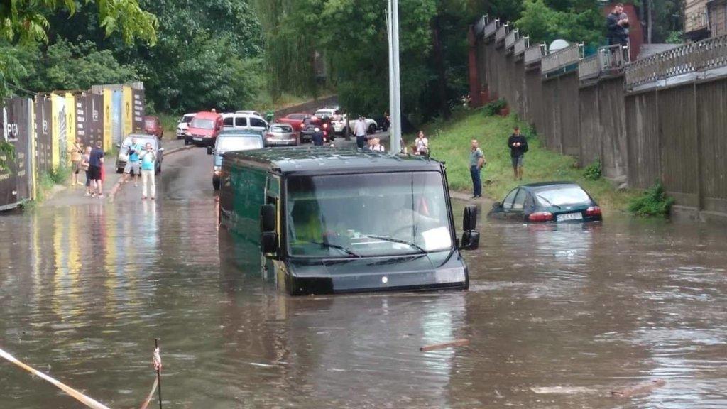 Непогода в Киеве: очевидцы сняли, как два грузовика «утонули» на дороге