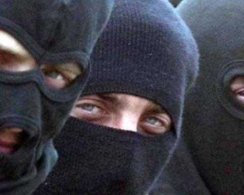 Банда у балаклавах підпалила маршрутки на Вишгород у Києві