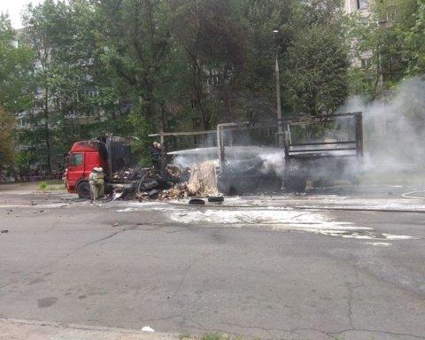В Запорожье за считанные минуты дотла сгорел грузовик: появилось видео