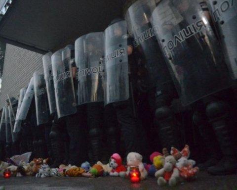 Під Києвом між мітингувальниками і поліцією сталися сутички через вбивство дитини: все потрапило на відео