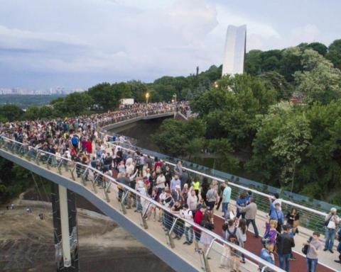 """Кличко розпорядився встановити на пішохідний міст """"антивандальне скло"""""""