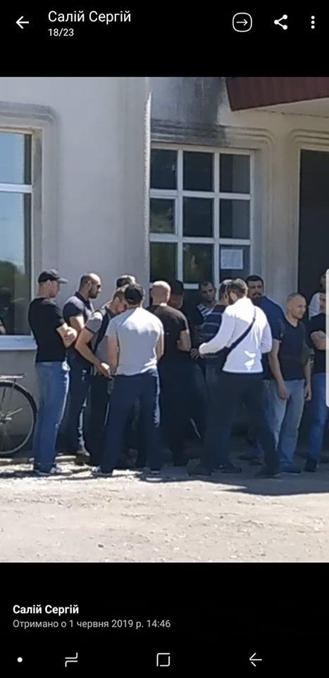 Привезли «титушек»: в Крутах произошел серьезный конфликт из-за УПЦ МП и ПЦУ