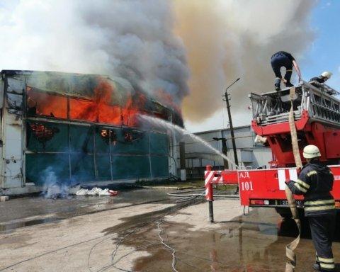 Под Киевом вспыхнул мощный пожар: подробности и жуткие кадры с места ЧП