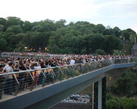 Елітне авто з номерами ВР заїхало на скляний міст у Києві: з'явилося важливе відео