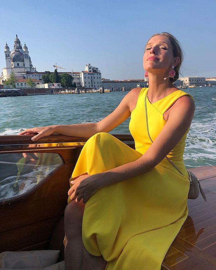 Осадча похизувалася яскравою жовтою сукнею у Венеції