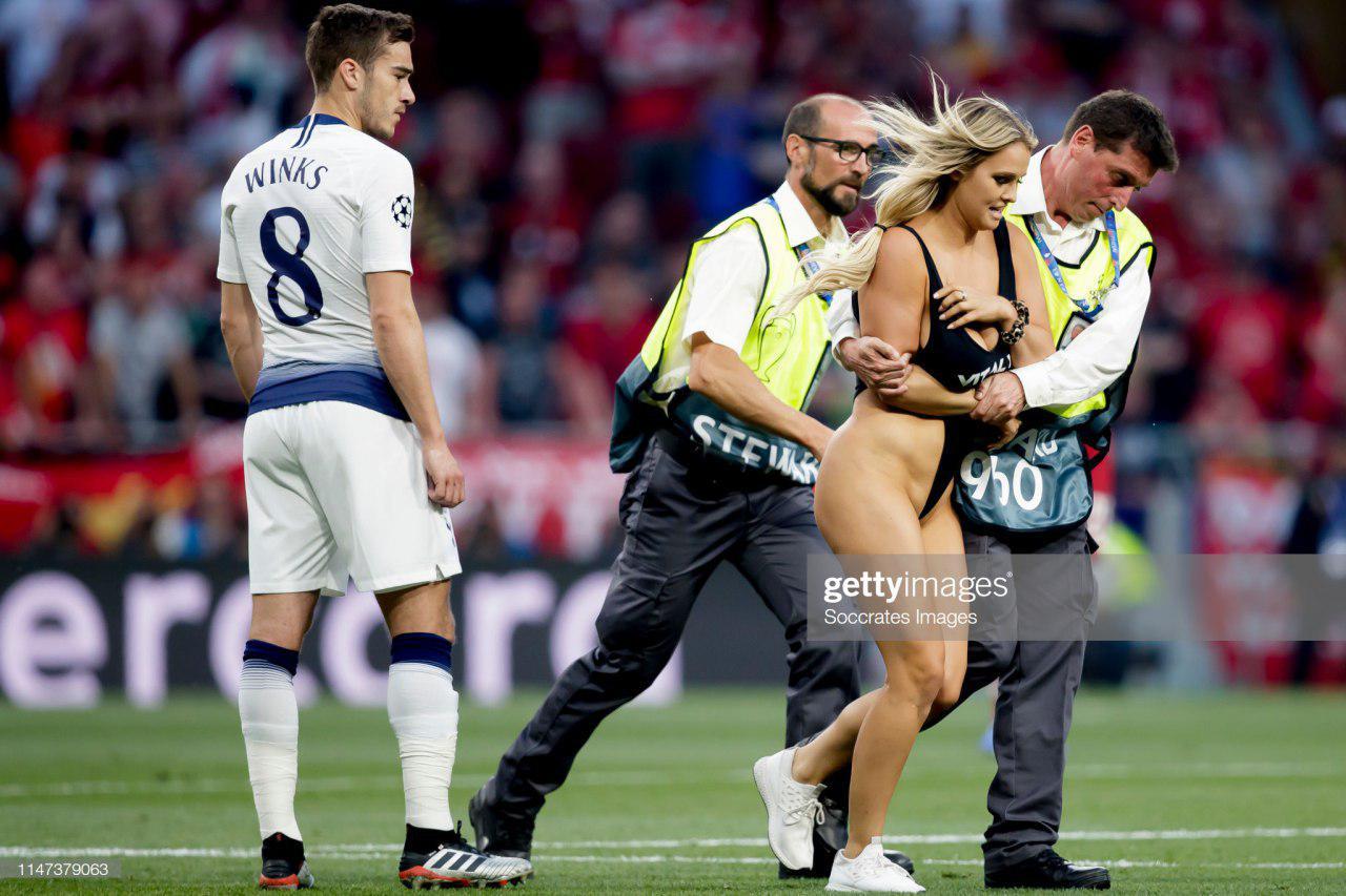 8c81dc33dc8ec Во время финального матча Лиги чемпионов в Мадриде между«Тоттенхэмом» и  «Ливерпулем», на поле выбежала болельщица. Эта выходка на какое-то время  прервала ...