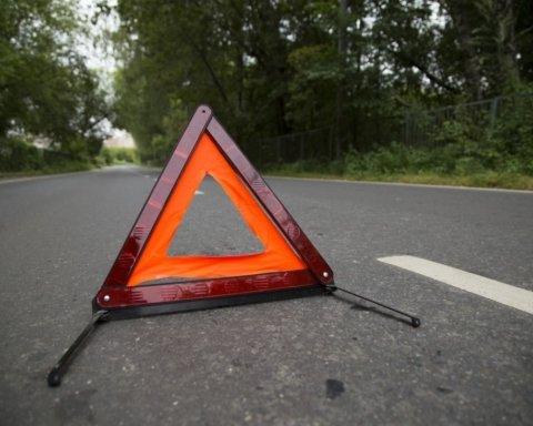 На шаленій швидкості влетів у дерево: момент страшної ДТП в Україні потрапив на відео