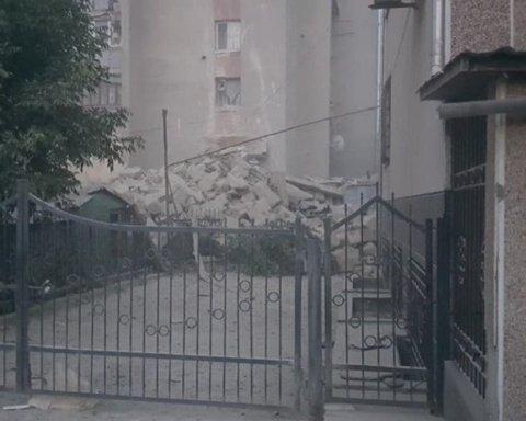 Відокремилося та впало на дорогу: з'явилося відео з моментом обвалення висотки в Молдові
