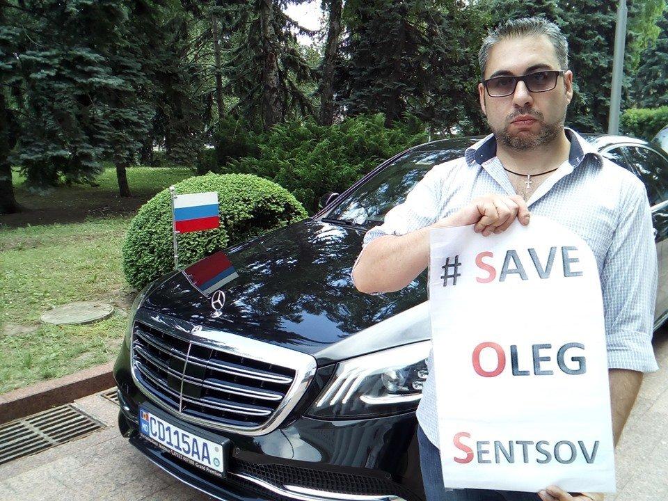Молдовский активист перегородил дорогу послу РФ: из-за Сенцова