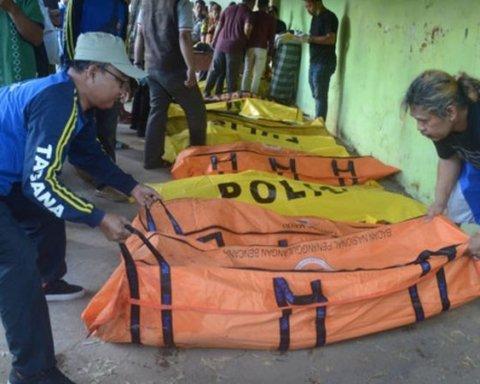 В Индонезии затонул набитый туристами паром: десятки погибших