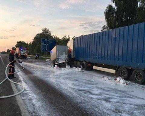 Дорогу залило клеем: под Ровно произошло необычное ДТП, появились фото