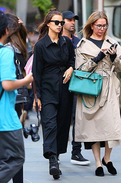 Папарацци поймали Ирину Шейк на прогулке в Нью-Йорке