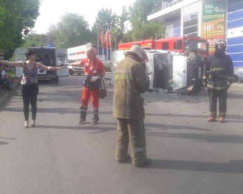 В Харькове грузовик протаранил маршрутку, много пострадавших: первые кадры с места