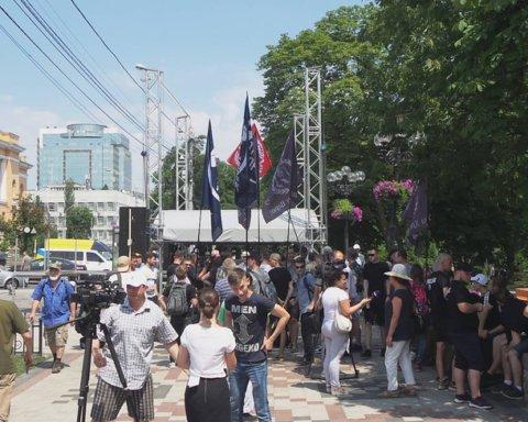 """Київпрайд-2019: невдоволені """"маршем рівності"""" вийшли на молитовне стояння"""