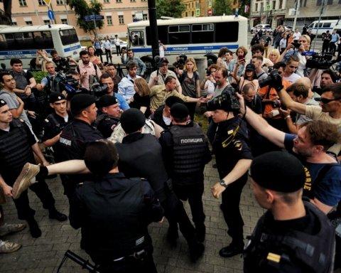 Не шкодували жінок і дітей: опубліковано відео жорстких затримань на протесті в Москві