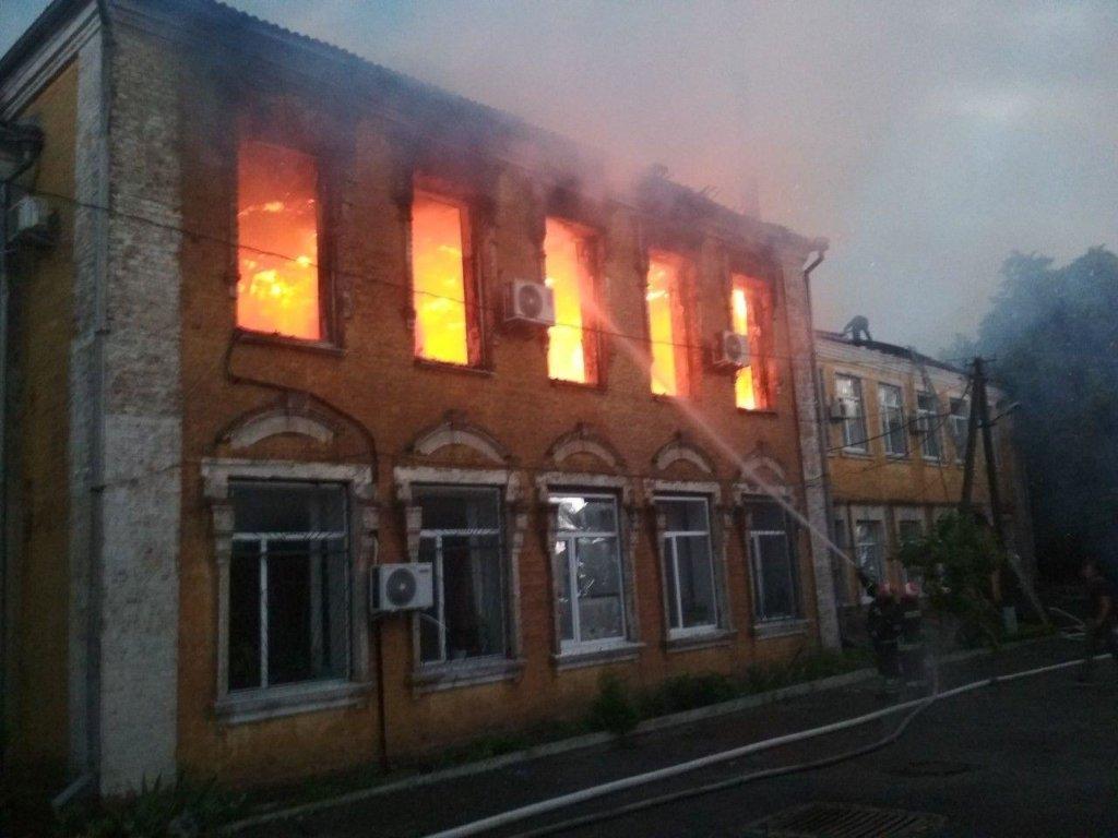 Под Кропивницким молния попала в здание райгосадминистрации, вспыхнул пожар