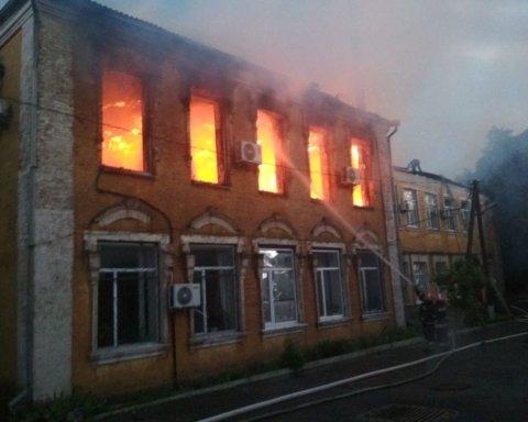 Під Кропивницьким блискавка влучила в будівлю райдержадміністрації, спалахнула пожежа