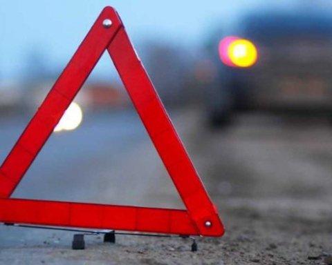 Под Киевом такси на большой скорости влетело в грузовик: появилось видео с места ДТП