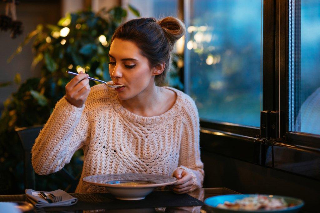 Диетологи разрешили есть после шести: какие продукты можно употреблять перед сном