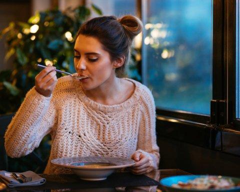 Дієтологи пояснили, як нічний прийом їжі шкодить організму