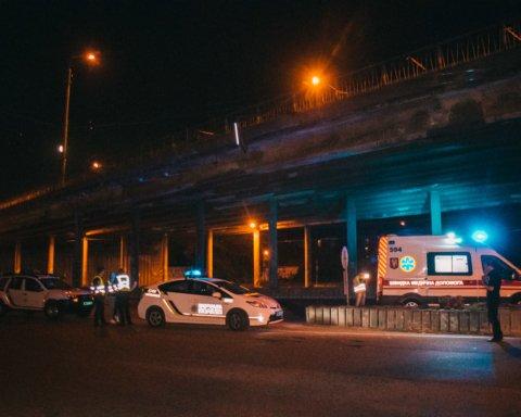 Стрибнув з моста на дорогу: у Києві сталася смертельна НП
