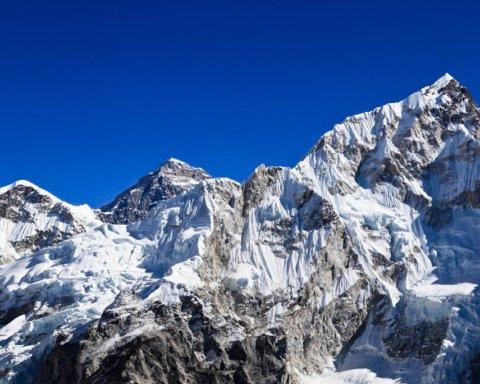 Еверест отруїли: з'явилися тривожні новини про найвідомішу вершину світу