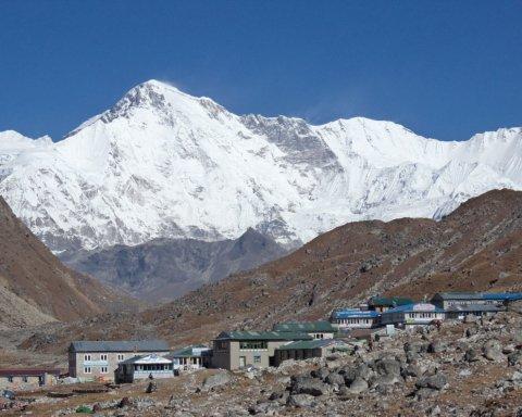 Влаштували смітник: альпіністи спустили купу непотребу з Евересту