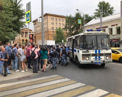 В центре Москвы массово задерживают людей за поддержку Ивана Голунова