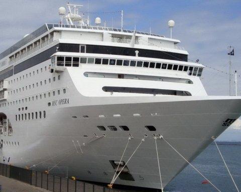 В Венеции круизный лайнер протаранил причал: ужасный момент попал на видео