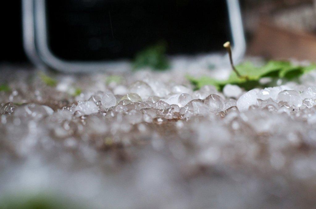 Аномальний град та шквали: синоптики попередили про дуже погану погоду