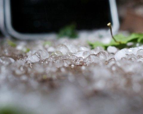 Аномальный град и шквалы: синоптики предупредили об очень плохой погоде