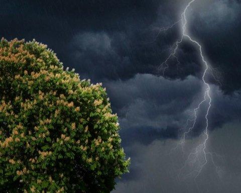 Грози та ураганний вітер накриють Україну: синоптики повідомили, де буде найгірше
