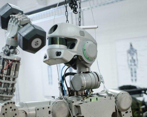Должен лететь в космос, но не поместился в корабль: россияне громко опозорились с роботом