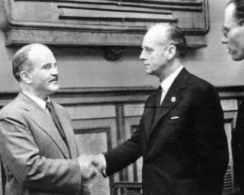 З чого б це: РФ вперше показала оригінал договору Сталіна з Гітлером про поділ Європи