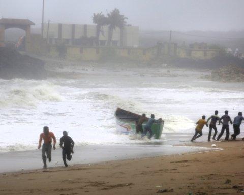 На Индию надвигается мощный шторм: в стране экстренно эвакуируют 300 тысяч человек