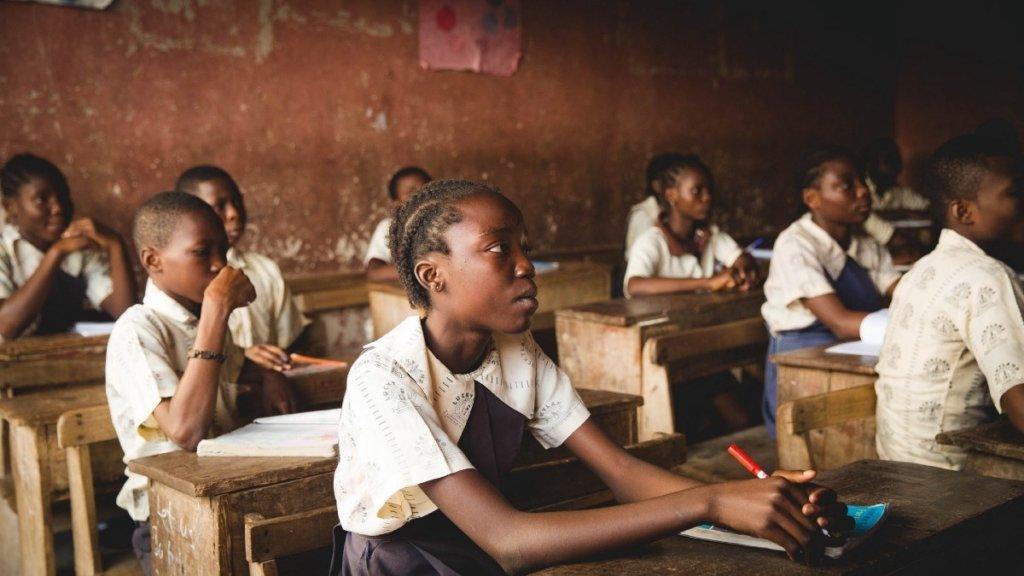 За обучение нигерийских детей позволят платить пластиком