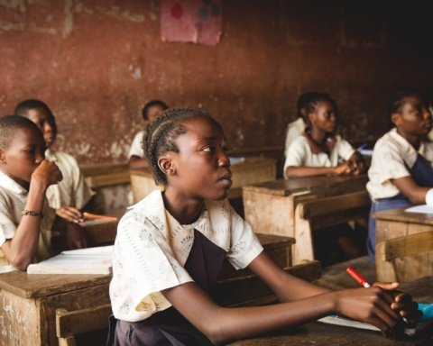 За навчання нігерійських дітей дозволять платити пластиком