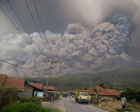 В Индонезии началось мощное извержение вулкана: яркий момент попал на видео