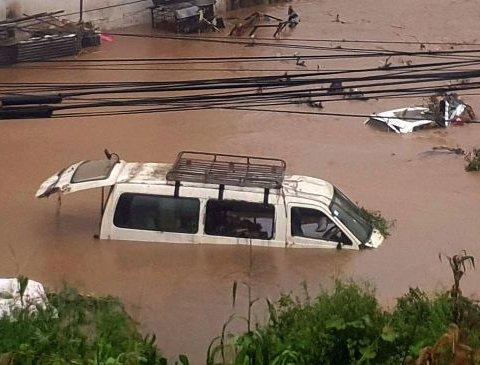 Мощное наводнение в Непале: десятки погибших и пропавших без вести