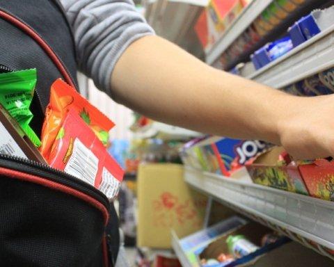 Просто не было денег: студент украл батончиков из супермаркета на две тысячи гривен