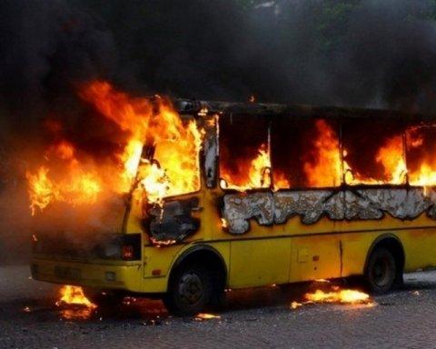 В Днепропетровской области маршрутка с людьми загорелась на ходу