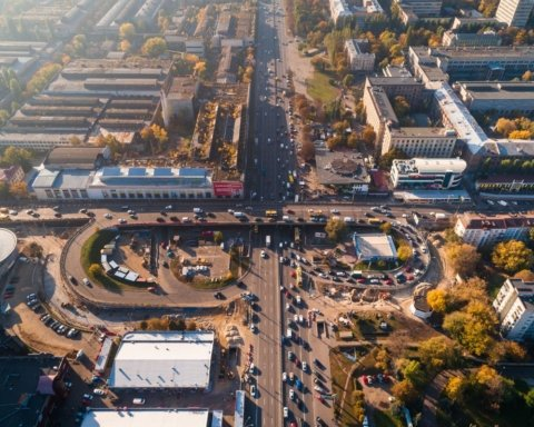 Кличко стояв під мостом: у Києві вантажівками випробували Шулявський шляхопровід
