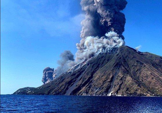 В Италии «проснулся» вулкан, людей эвакуируют с острова: прямая трансляция