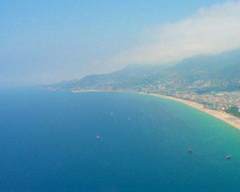 Россияне на вертолете упали в море у побережья Италии: подробности