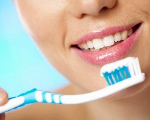 Стоматологи рассказали о главных ошибках при уходе за зубами